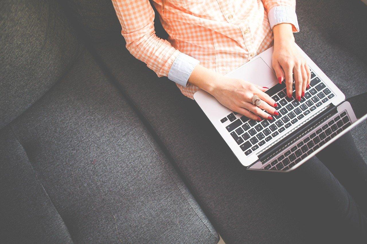 Faut-il passer par une agence de rédaction seo ou un freelance ?